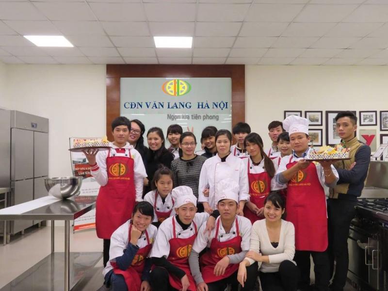Sinh viên lớp nấu ăn học làm bánh