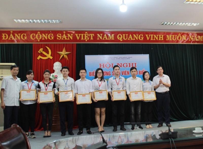 Khen thưởng sinh viên tiêu biểu của trường