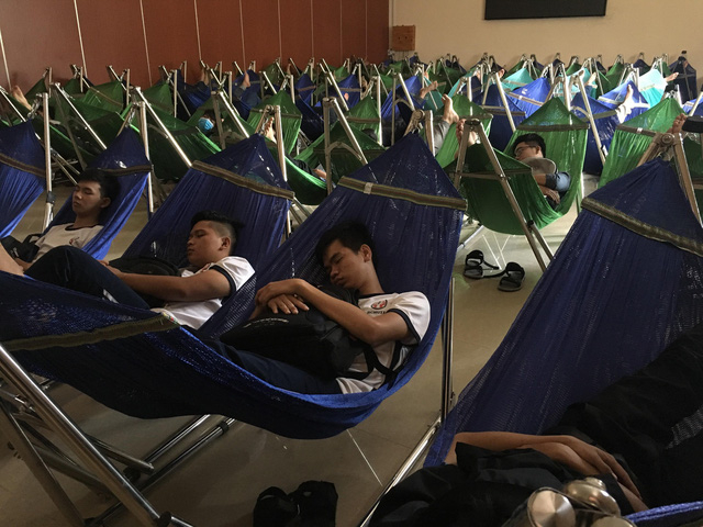 Sinh viên ĐH SPKT nghỉ trưa tại Hội trường lớn