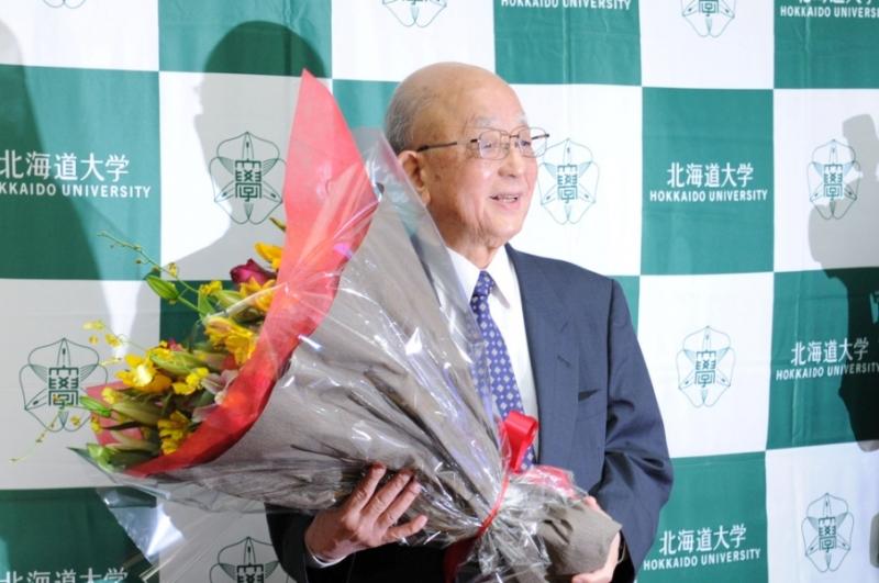 Giáo sư Suzuki Akira nhận giải Nobel Hóa học đã nhiều năm nghiên cứu tại trường