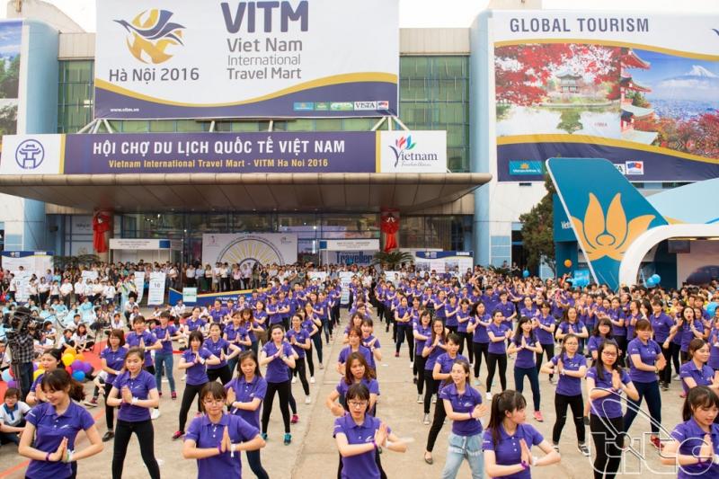 Sinh viên Khoa du lịch của trường biểu diễn tại hội chợ du lịch quốc tế