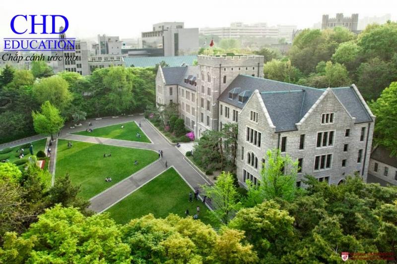 Ngôi trường cổ kính nằm giữa rừng xanh của thủ đô.