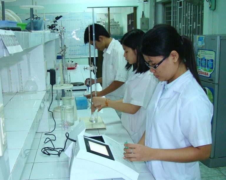 Sinh viên trong giờ thí nghiệm