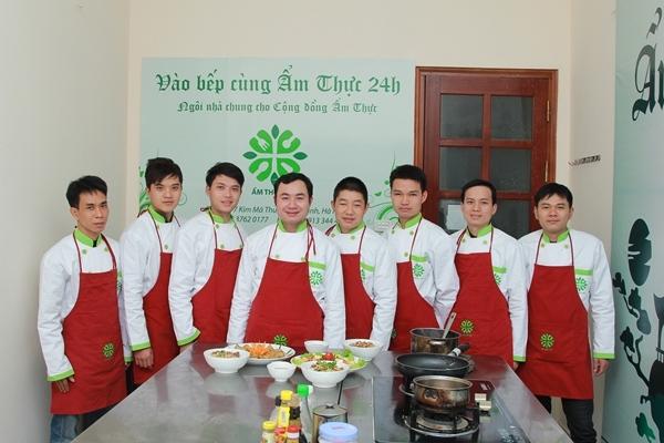 Giảng viên dạy nấu ăn tại trung tâm Ẩm thực 24h