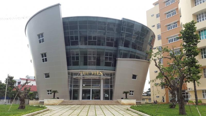 Thư viện của trường được xây dựng độc đáo, kiến trúc bắt mắt và bên trong là cả một kho tàng sách phục vụ cho nhu cầu của sinh viên.