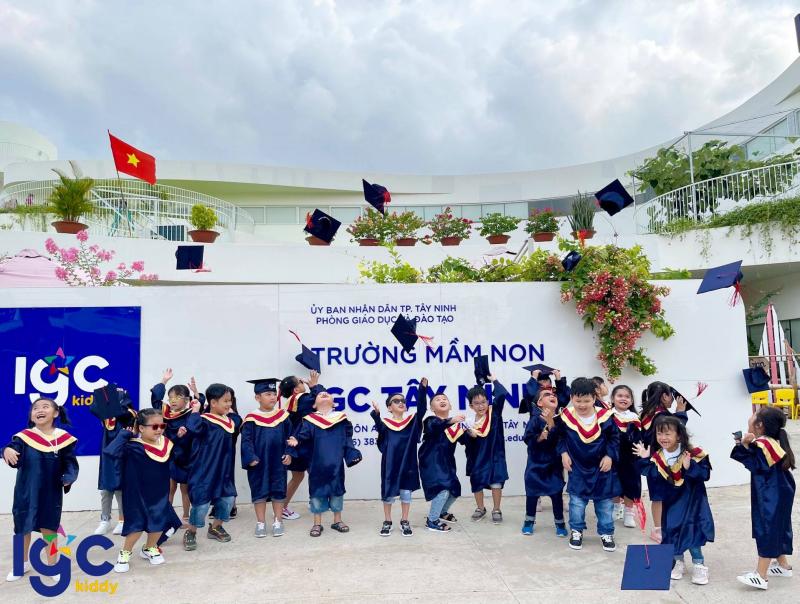 Các bé chụp ảnh kỉ niệm tổng kết trước cổng trường