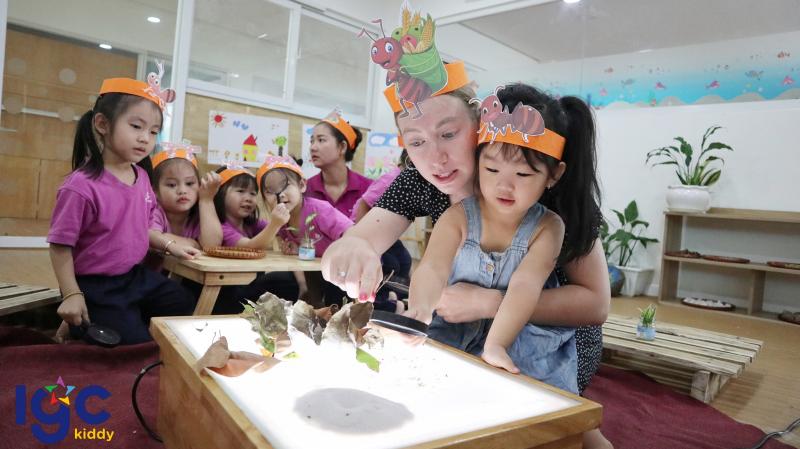 Các bé trong giờ học khoa học, tìm hiểu về lá cây