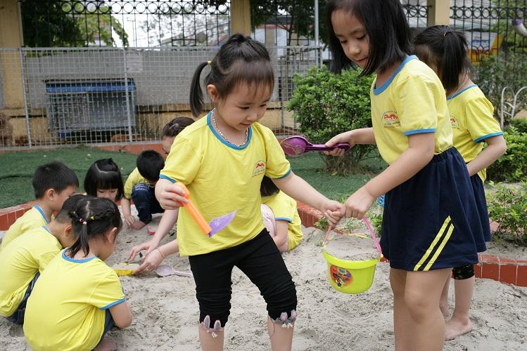 Trẻ được hoạt động, khám phá, vui chơi trong lớp học, các phòng chức năng như không gian sáng tạo, thư viện ngoài trời, khu thí nghiệm, phòng chiếu phim...với lịch hoạt động phù hợp