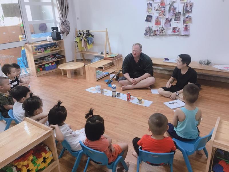 Bé được học (tiếp xúc) tiếng Anh với người bản xứ sẽ hỗ trợ bé phát triển đầy đủ các kỹ năng sống