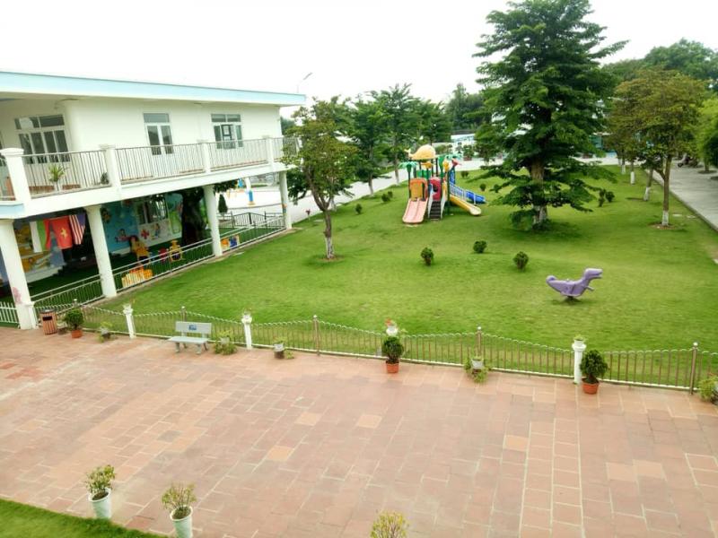 Đặc biệt, trường mầm non Búp Sen Xanh có khuôn viên, sân chơi ngoài trời rộng rãi, trong lành,  được trồng nhiều cây xanh, hoa cỏ, đồ chơi trang bị, giúp bé nhận biết và phát triển khả năng sáng tạo