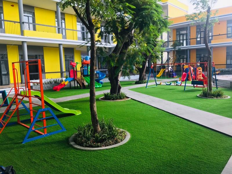 Misaki sở hữu sân chơi ngoài trời rộng rãi, thoáng mát, nhiều cây xanh và trang bị nhiều thiết bị vui chơi phong phú và hiện đại.