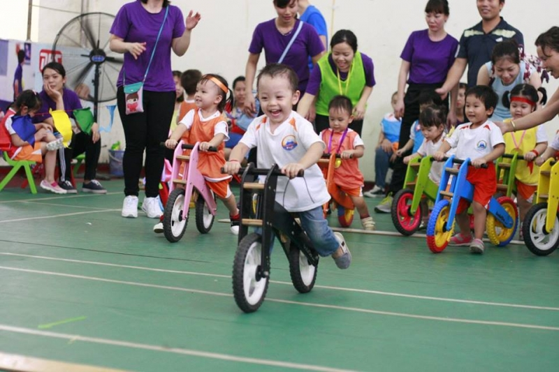 Trẻ đang học đi xe tại trường mầm non FUJI