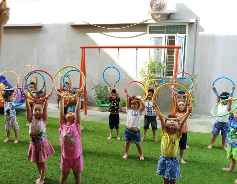 Bé được học các lớp ngoại khoá phù hợp độ tuổi: Kỹ năng sống, võ thuật, múa, vẽ, cảm thụ âm nhạc để phát triển toàn diện và tự tin