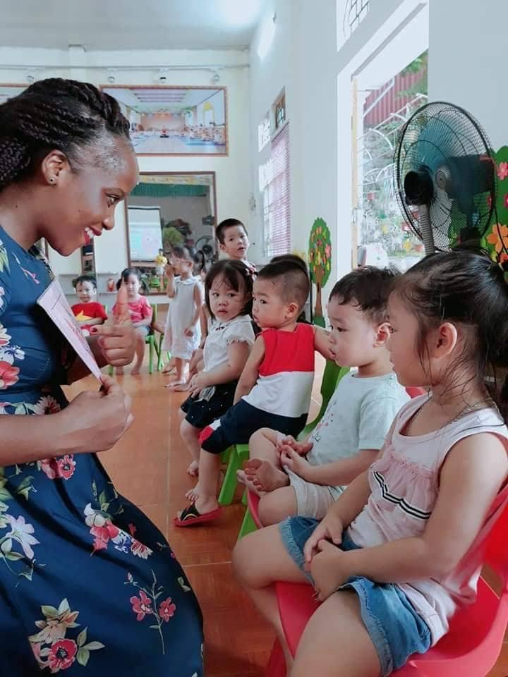 Trẻ còn được tham gia học tiếng Anh với các thầy cô giáo bản địa, giúp các em có cơ sở vững chắc, tự tin khi bước vào tương lai
