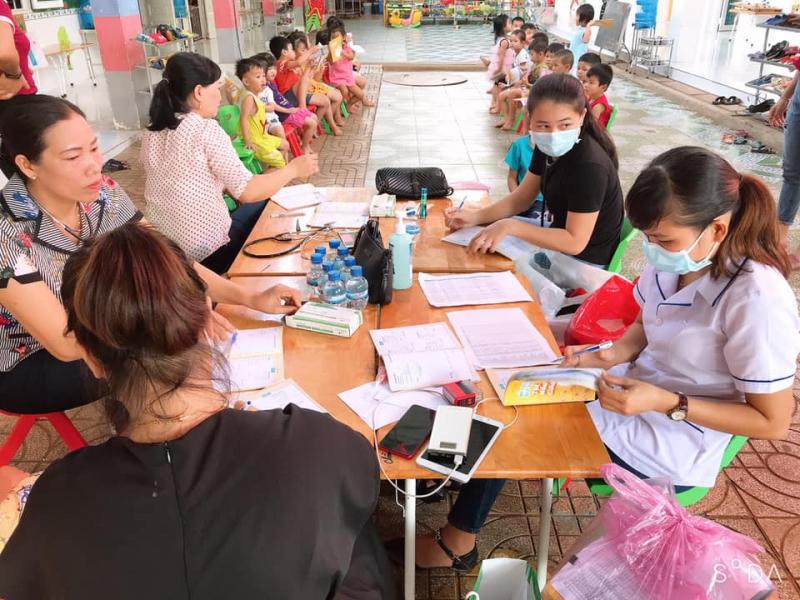 Các bạn lớp chồi 2 được khám sức khỏe đầu năm học