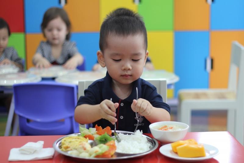 Bữa ăn đảm bảo dinh dưỡng cho trẻ.