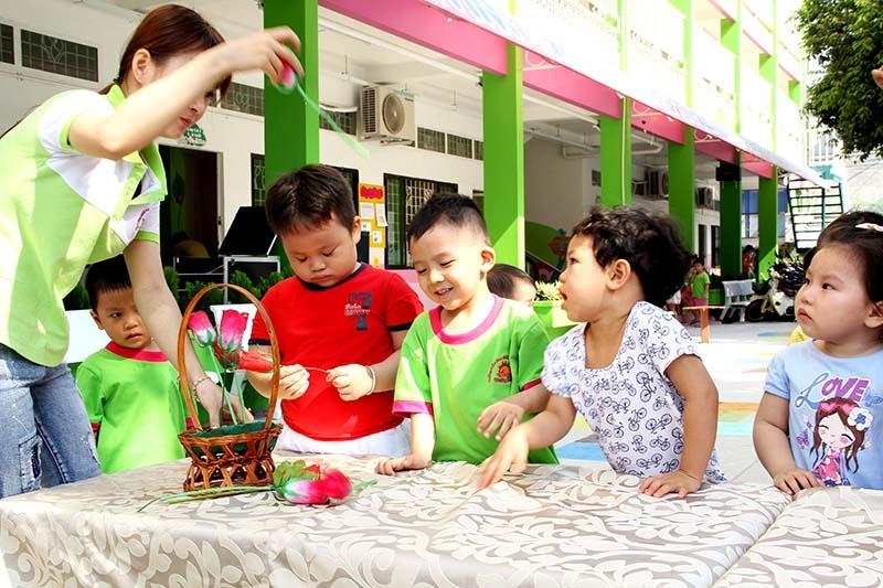 Trường là nơi giúp trẻ làm quen, tạo cho trẻ cảm giác gần gũi, thân quen với bạn bè
