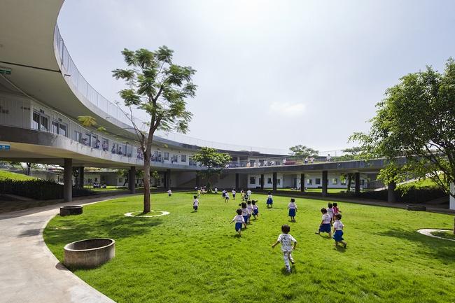 Trường do kiến trúc sư Võ Trọng Nghĩa, Takasi Nawa, Masaaki Iwamoto và các kiến trúc sư Trần Thị Hằng, Kuniko Onishi sáng tạo nên