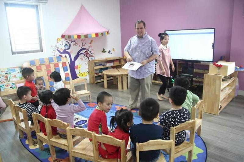 Môi trường giao tiếp, học tập giúp con nâng cao khả năng ngoại ngữ với giáo viên nước ngoài
