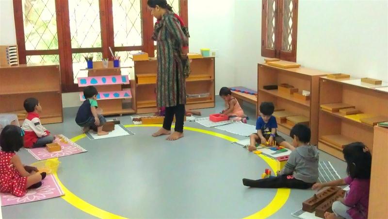 Phương pháp Montessori giúp trẻ được trải nghiệm trên giáo cụ thật