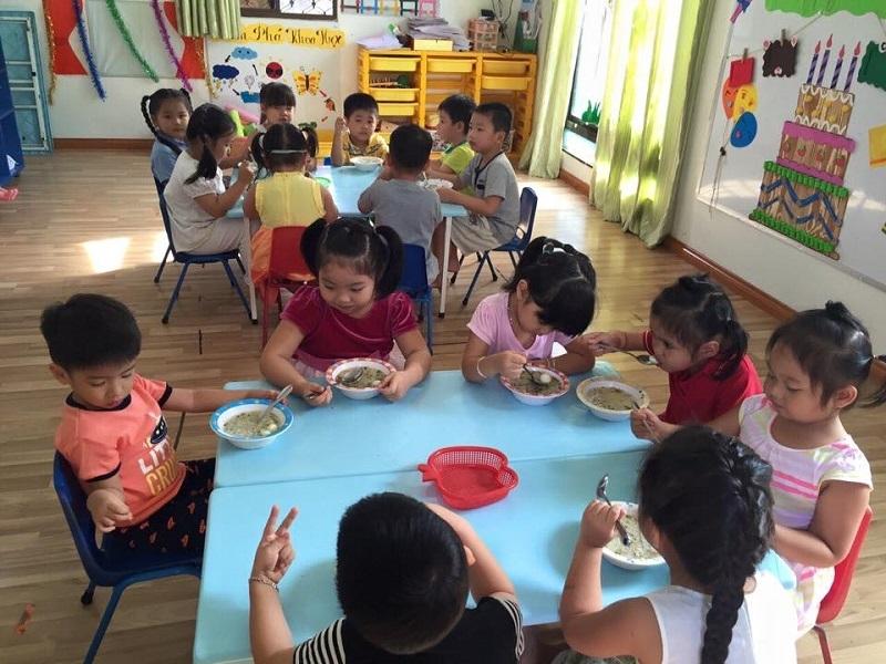 Trẻ được chăm sóc từ bữa ăn cho đến giấc ngủ