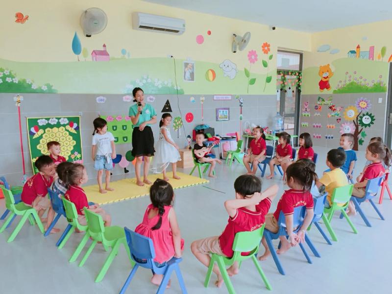 Các bạn nhỏ lớp Sơn Ca của trường mầm non Thần Đồng thoả sức ca hát, thể hiện tài năng của bản thân qua hoạt động âm nhạc