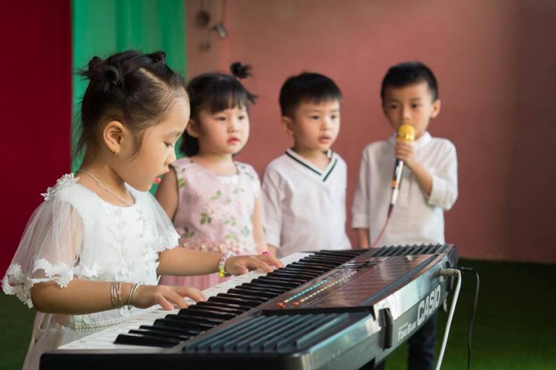 Ngoài chương trình học cơ bản, bé được tham gia vào các lớp học năng khiếu như Tiếng Anh, múa, vẽ, nhạc,…