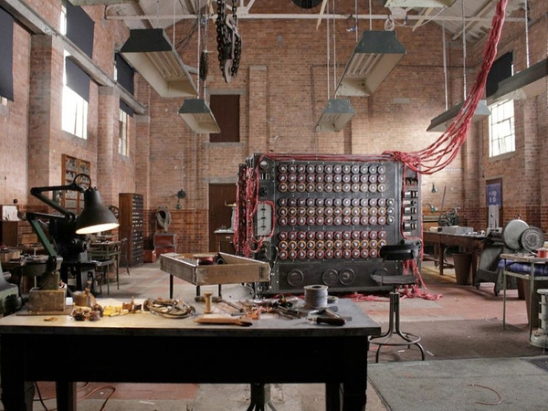 """Tòa nhà Lethaby của Central Saint Martins """"hóa thân"""" thành trụ sở chính của MI6, cũng là nơi Alan Turing chế tạo ra chiếc máy tính đầu tiên trên thế giới."""