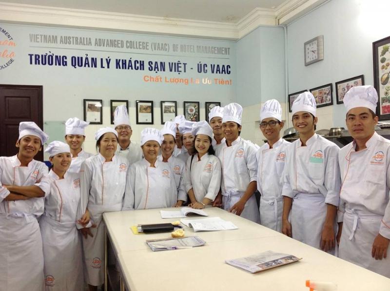 Trường Quản lý Khách sạn Việt – Úc còn mở thêm lớp giảng dạy về kỹ thuật biểu diễn chuyên nghiệp cho những ai yêu thích bộ môn hoa mỹ này