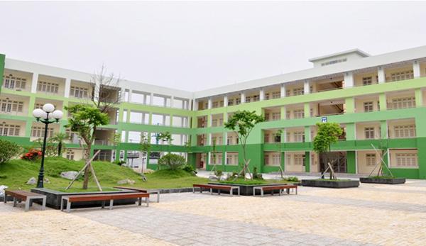 Quang cảnh Trường THPT chuyên Nguyễn Huệ