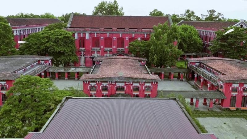 Toàn cảnh ngôi trường nhìn từ trên cao xuống