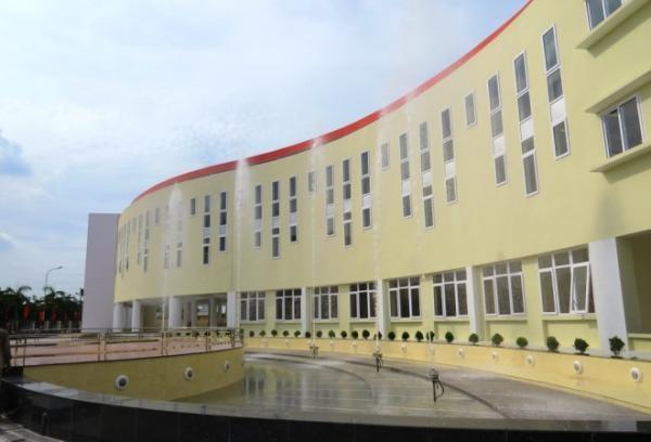 Ngôi trường với lối thiết kế uốn cong mềm mại.