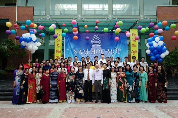 Tập thể các thầy cô giáo cùng chụp ảnh lưu niệm chào mừng năm học mới 2016 - 2017