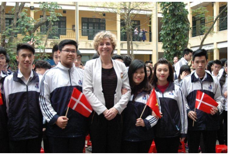 Bộ trưởng Giáo dục Đan Mạch cùng học sinh trường THPT Đinh Tiên Hoàng