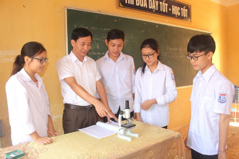 Thầy giáo Nguyễn Văn Đức - Hiệu trưởng nhà trường hướng dẫn học sinh thực hành.