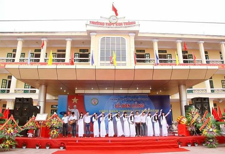 Học sinh biểu diễn văn nghệ nhân dịp trường THPT Kim Thành đón danh hiệu trường chuẩn quốc gia