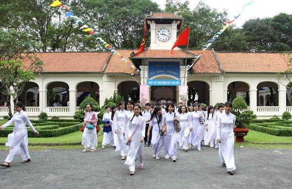 Học sinh trên sân trường Thpt Lê Hồng Phong.