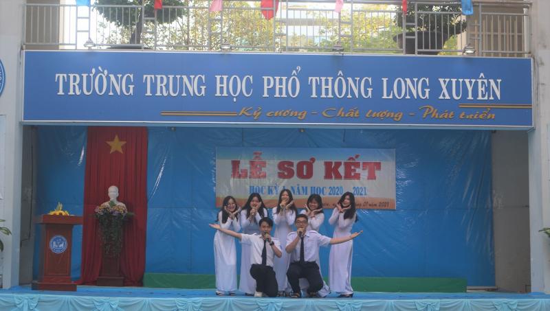 Trường THPT Long Xuyên luôn tích cực cải tiến và đổi mới công tác quản lí, giảng dạy, thực  hiện nghiêm túc nề nếp, kỉ cương. Trường đã đào tạo hàng nghìn học sinh