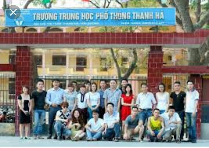 Học sinh chụp ảnh kỉ niệm với trường THPT Thanh Hà