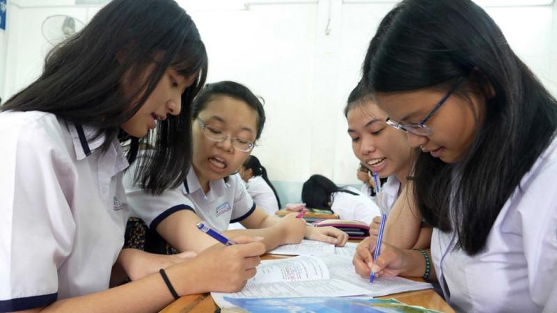 Các em học sinh hăng say học nhóm