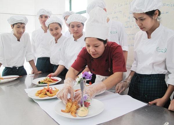 Giờ học thực hành nấu ăn của học viên Trường Trung cấp Kinh tế - Du lịch Hoa Sữa