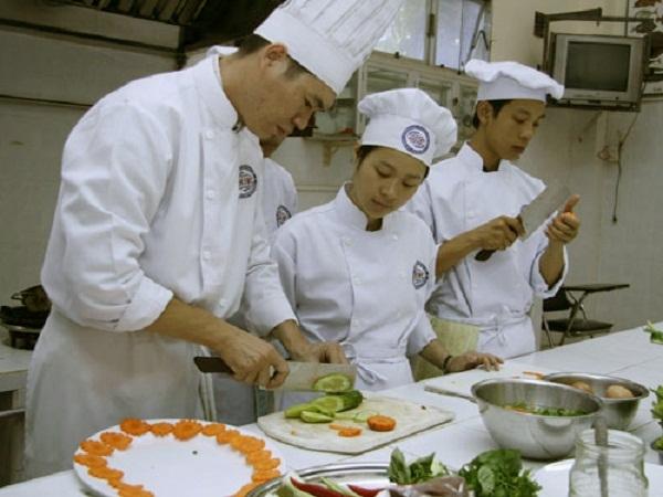 Giờ thực hành của thầy trò trường Trung cấp nghề du lịch Khôi Việt