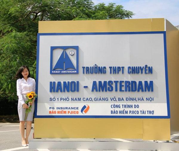 Cổng trường THPT chuyên Hà Nội- Amsterdam.