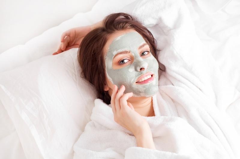 Bạn nên chọn các loại kem dưỡng da chuyên dụng ban đêm hoặc mặt nạ dưỡng da có thành phần collagen để giúp da luôn tươi trẻ.