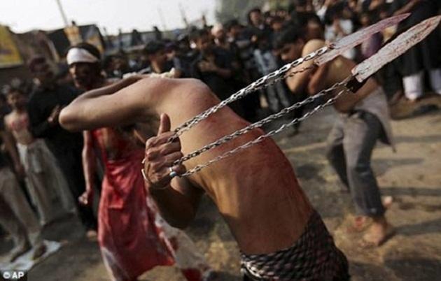 Một tín đồ Hồi giáo dòng Shiite sùng đạo tự tra tấn chính mình bằng dây xích buộc dao nhọn ở phần đầu
