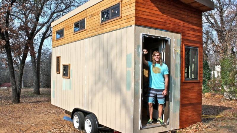 Joel Weber đã tự dựng một ngôi nhà nhỏ thay vì phải ở kí túc xá vì chi phí quá cao