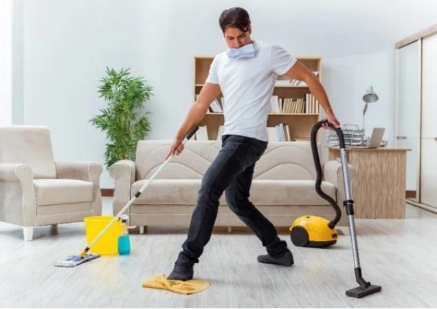 Anh ấy tự giác làm việc nhà