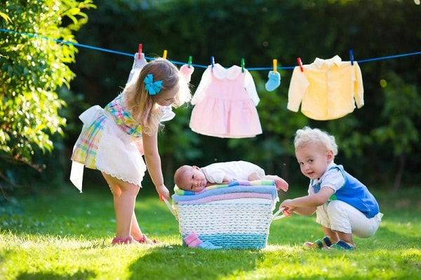 Tự giặt quần áo sẽ rèn cho trẻ thói quen sạch sẽ, ngăn nắp