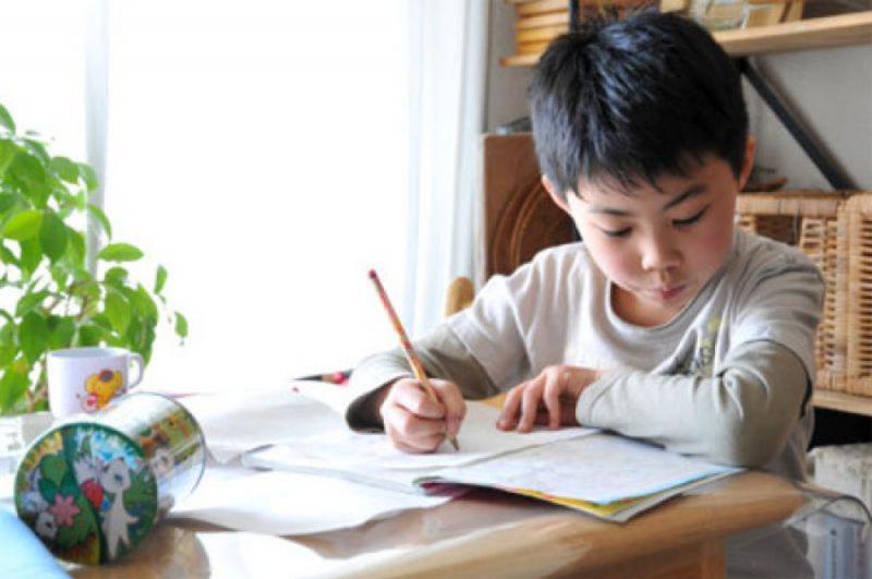 Tự học tại nhà kết hợp với sự hướng dẫn của cha mẹ