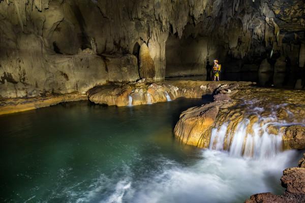 Hồ nước trong hang động